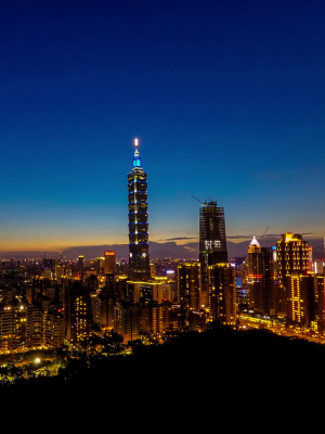 4k-timelapse-aerial-day-to-night-view-of-landscape-building-taipei-101-from-the-elephant-mountain-cityscape-taipei-skyscraper-in-background-at-taiwan-dan_hhpbegxy__F0011