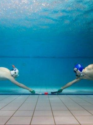 能閉氣者優先取錄 男女混合的水底曲棍球 (2)