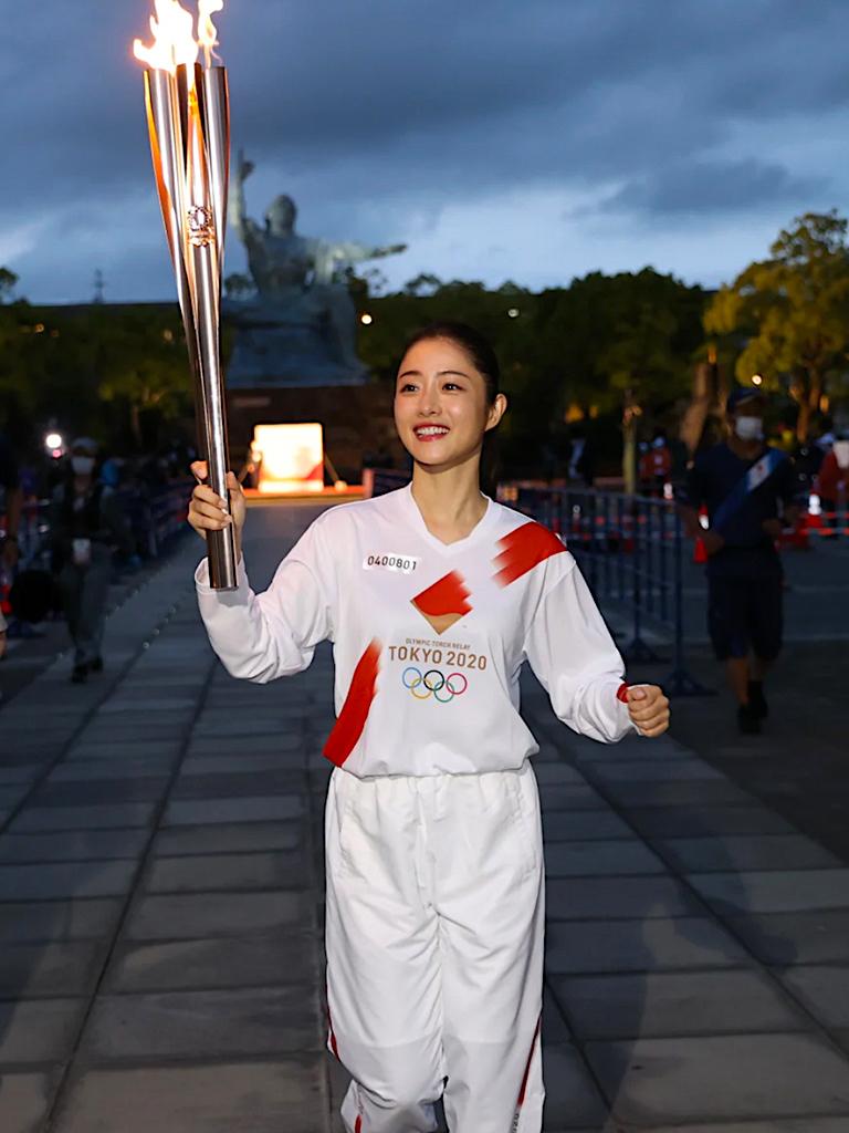 東京奧運開幕丨重溫國民女神石原里美擔任火炬手傳遞聖火造型