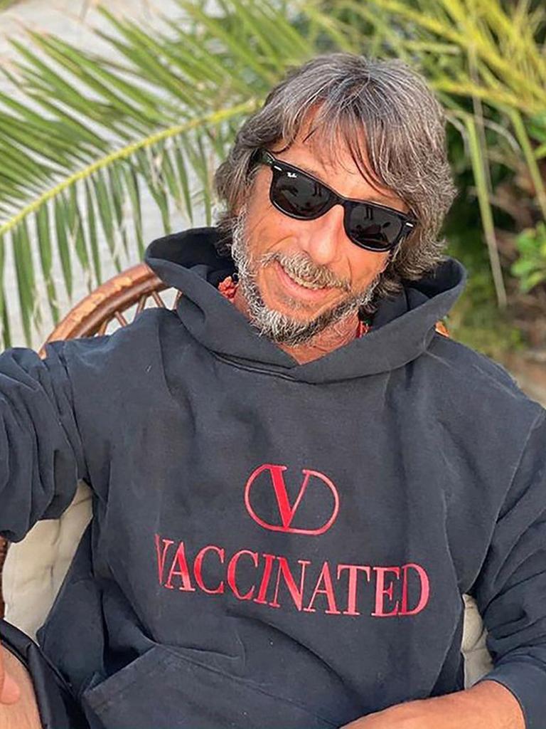 「山寨」貨成真品?Valentino推出「VACCINATED已接種疫苗」認證連帽衛衣連Lady Gaga都穿